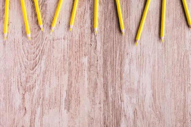 Lápices de colores en mesa de madera
