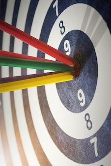 Lápices de colores en el ojo de buey éxito que golpea el objetivo objetivo objetivo concepto de logro