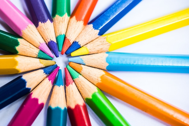 Lápices de colores en organizar en colores de la rueda de color