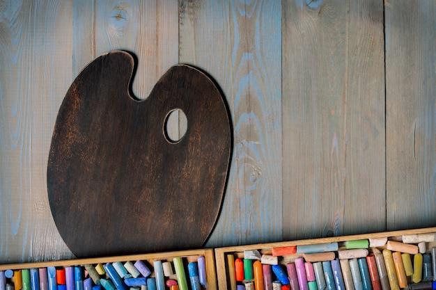 Lápices de colores pastel y paleta