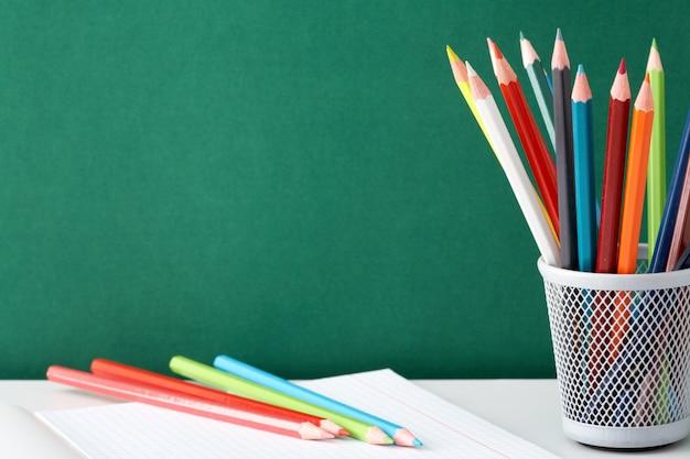 Lápices de colores para pintar en el cuaderno