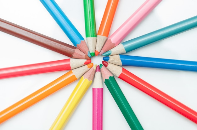 Lápices de colores sobre blanco. endecha plana