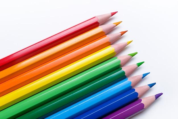 Lápices de colores sobre blanco
