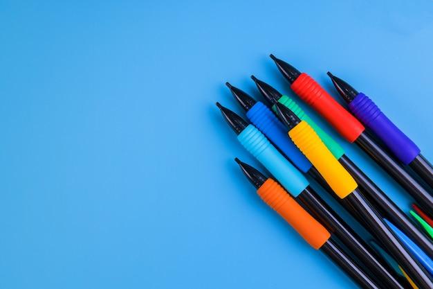 Lápices de colores sobre fondo para arte y escuela