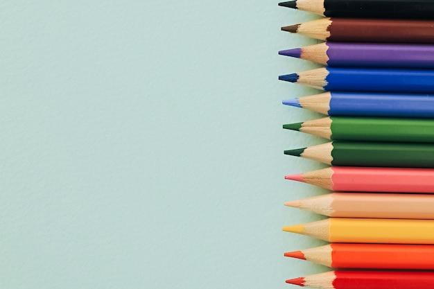 Lápices de colores sobre un fondo azul. lápices para dibujar.