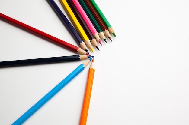 Lápices de colores sobre fondo blanco. de cerca.