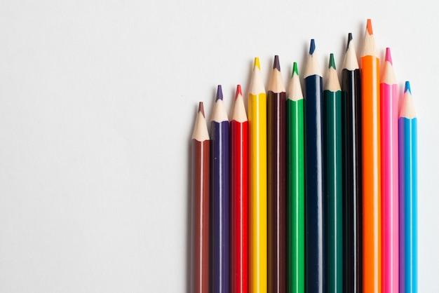 Lápices de colores sobre fondo blanco, para dibujo infantil.