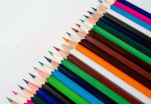 Lápices de colores sobre un fondo blanco, con espacio para el texto, en blanco para banner
