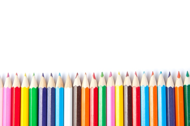 Lápices de colores sobre fondo blanco.