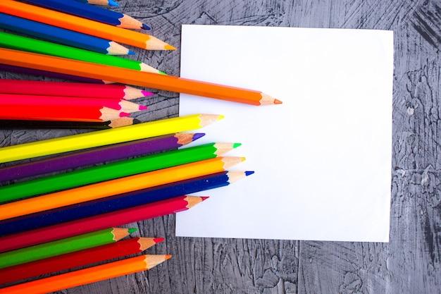 Lápices de colores sobre gris