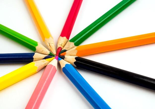Lápices de colores sobre mesa blanca. papelería