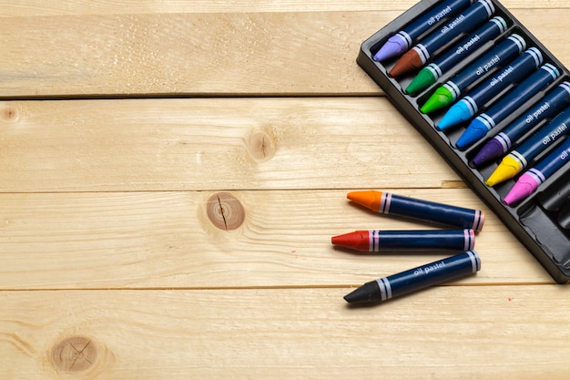 Lápices de colores sobre la mesa de madera