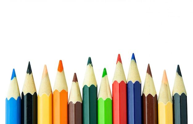 Lápices de colores sobre pared blanca