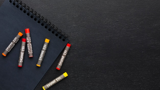 Lápices y crayones de colores laicos planos