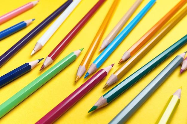 Lápices para dibujar en amarillo