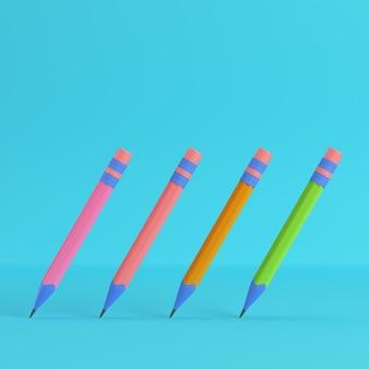 Lápices con goma de borrar sobre fondo azul brillante