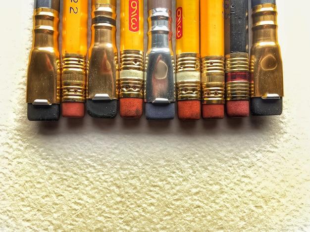 Lápices con gomas de borrar sobre un fondo blanco. copia espacio