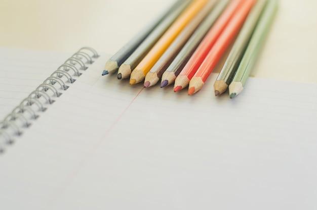 Lápices en la hoja de papel limpio