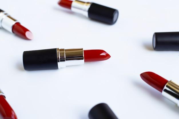 Lápices labiales en blanco, hermoso concepto de maquillaje