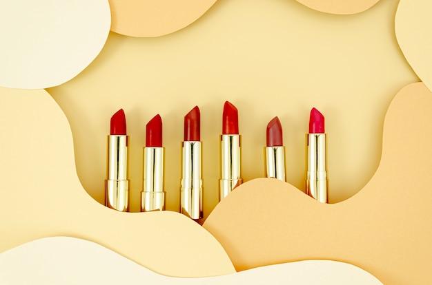 Lápices labiales de colores con fondo abstracto