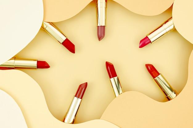 Lápices labiales de colores sobre fondo beige