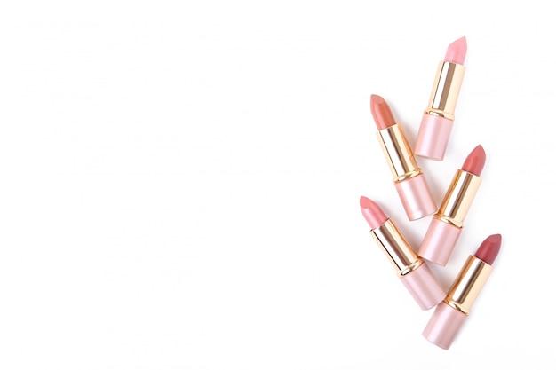 Lápices labiales coloridos aislados sobre fondo blanco