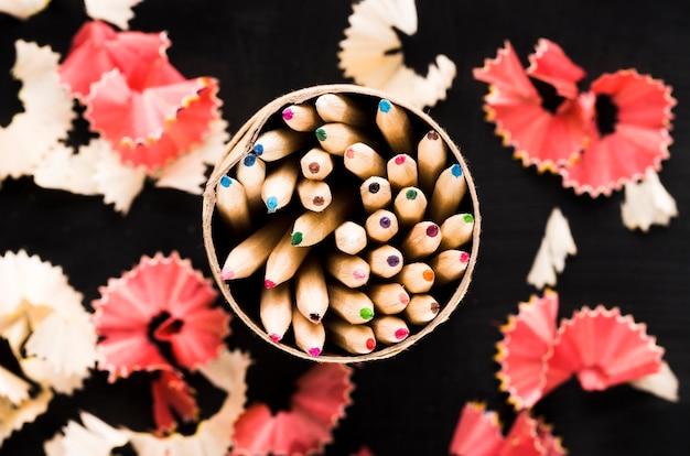 Lápices en lata y virutas.