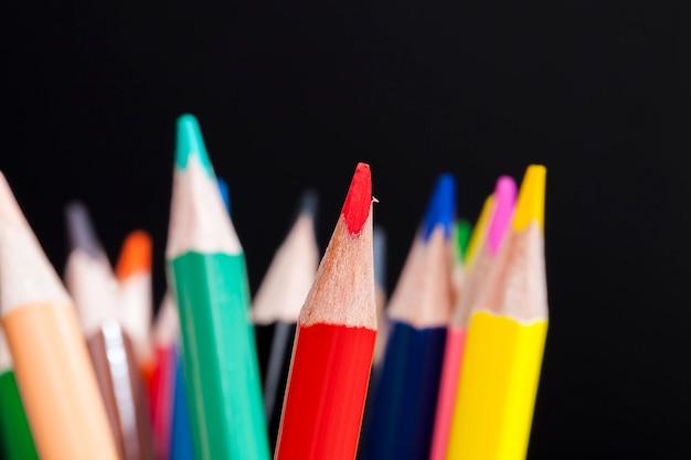 Lápices de madera de colores con una mina de color diferente para dibujar y crear