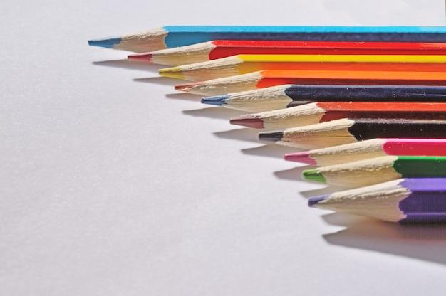 Lápices multicolores sobre blanco