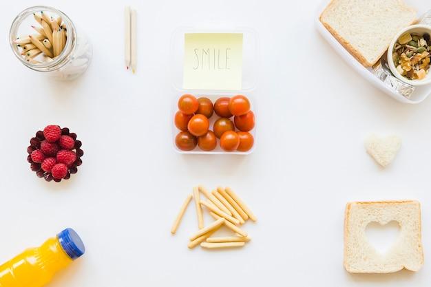 Lápices y notas adhesivas cerca de una variedad de alimentos