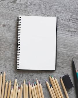Lápices de primeros planos cerca del cuaderno de bocetos