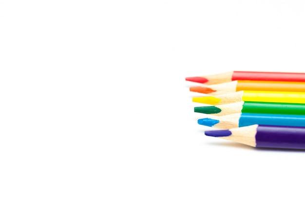 Lápices que hacen la bandera lgbt aislado sobre fondo blanco.