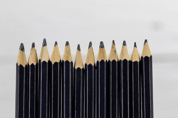 Lápices sobre fondo blanco.