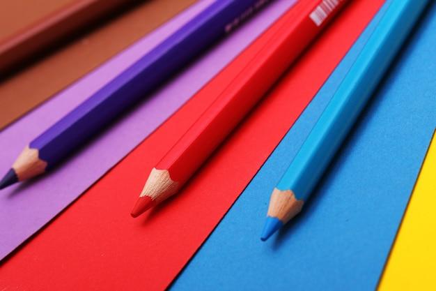 Lápices sobre papel de colores.