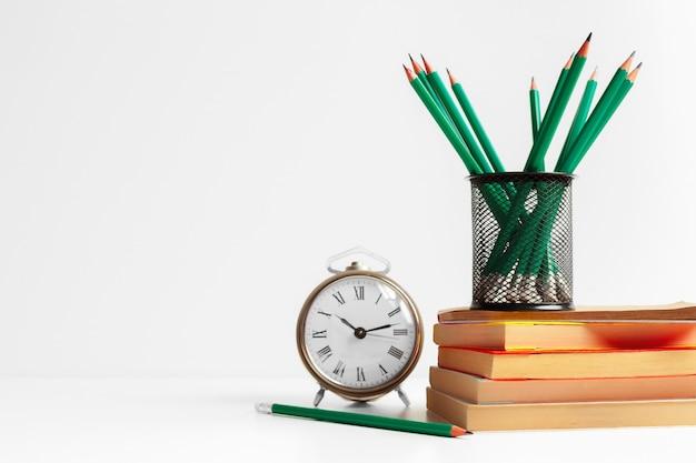 Lápices verdes en un soporte, útiles escolares.