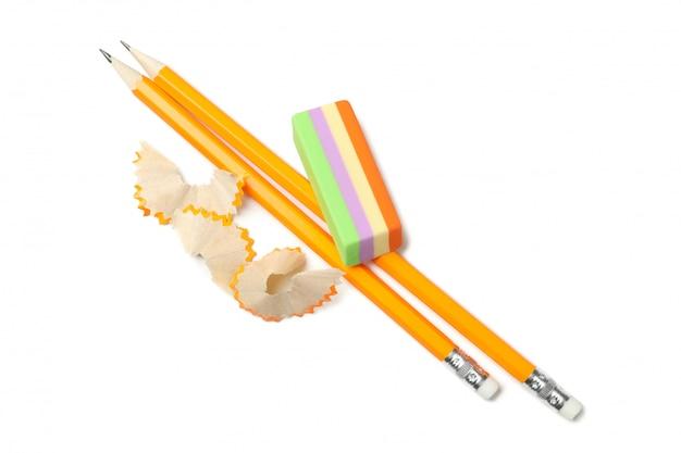 Lápices, virutas y borrador aislados
