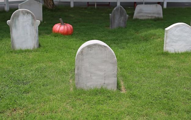 Lápida en el fondo del campo verde.