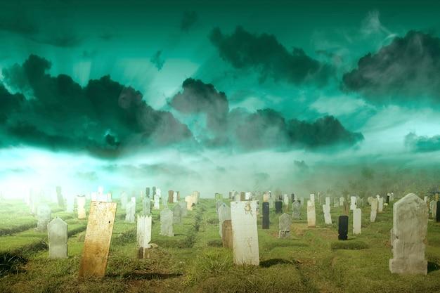 Lápidas en el cementerio con el dramático fondo de la escena. concepto de halloween