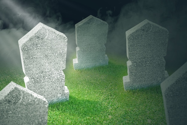 Lápidas en el cementerio con el fondo brumoso. concepto de halloween