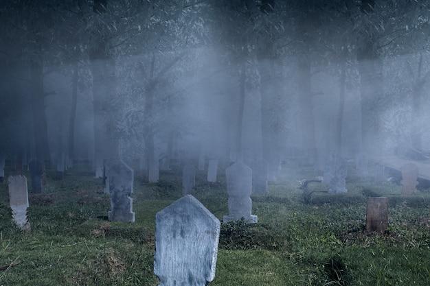 Lápidas en el cementerio con fondo de escena nocturna. concepto de halloween