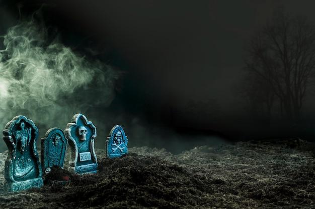 Lápidas en cementerio sombrío