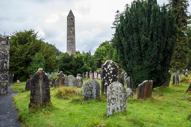 Lápidas sepulcrales cubiertas de musgo. glendalough, parque wicklow, irlanda