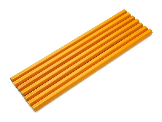 El lápiz amarillo molido se encuentra aislado en un fondo blanco como la nieve