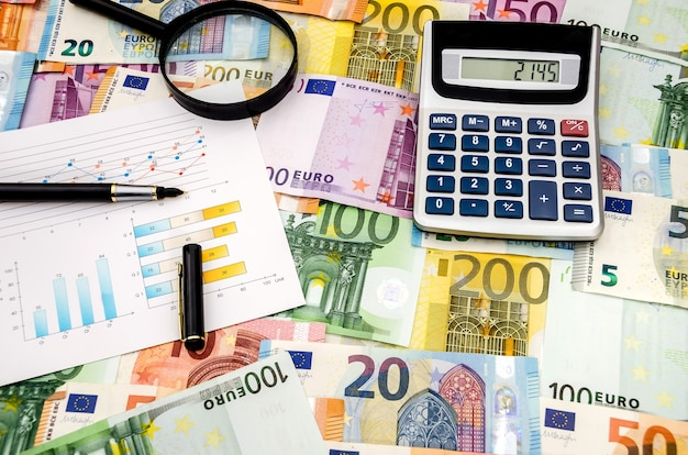 Lápiz calculadora y gráfico en la superficie del euro