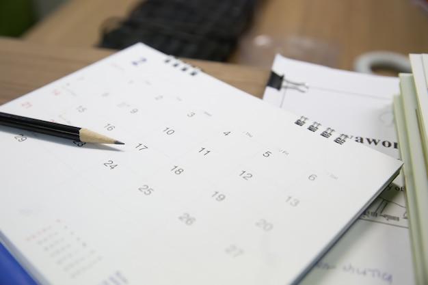 Lápiz en calendario, conceptos para planificador de eventos para reuniones de negocios