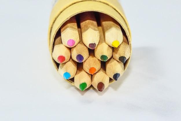 Lápiz de color en caja de madera.