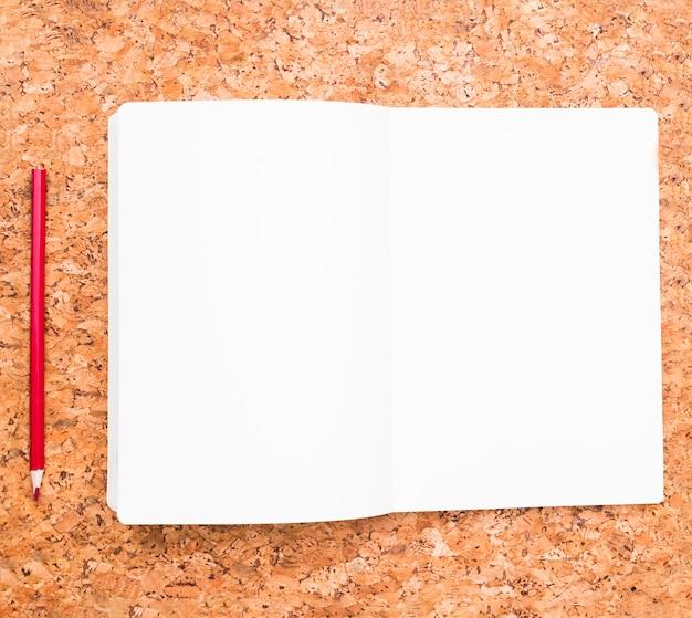 Lápiz y cuaderno abierto.