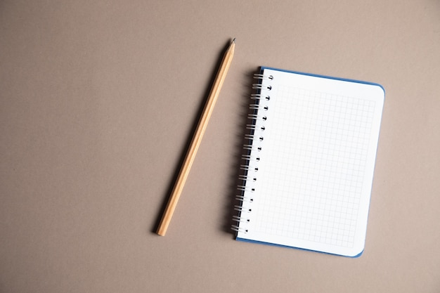 Lápiz y cuaderno sobre la mesa