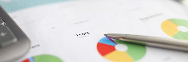 Lápiz descansa informe financiero, gráfico de pérdidas y ganancias