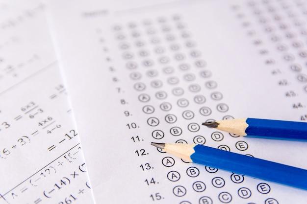 Lápiz en hojas de respuestas o formulario de prueba estandarizado con respuestas burbujeadas